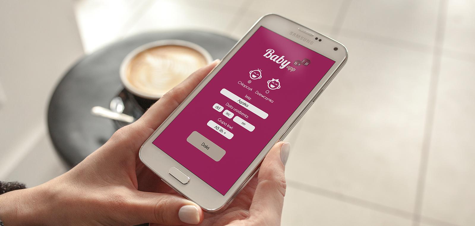 zlecenia graficzne - aplikacje mobilne. przykładowe ujęcie telefonu z wyświetloną aplikacją dla rodziców niemowląt